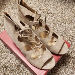 Dress Barn lace up ghillie wedges tan size 9
